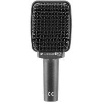 Micrófono de color negro utilizado para grabar el sonido de guitarras eléctricas y bajos.