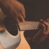 Mano tocando una guitarra